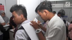 "Calon pelamar kerja mengisi dokumen selama ""Job Fair Tangsel 2018"" di BSD, Kamis  (19/7). Job Fair ini diselengarakan Dinas Ketenagakerjaan (Disnaker) pemerintah kota Tangerang Selatan (Tangsel). (Merdeka.com/Arie Basuki)"