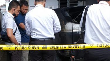 Petugas kepolisian mendatangi TKP pembakaran mobil ketua YARA Langsa (Liputan6.com/Ist)