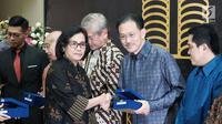 Menkeu Sri Mulyani memberi penghargaan kepada Presiden Komisaris PT EMTEK Tbk Raden Eddy Kusnadi Sariaatmadja di Jakarta, Selasa (13/3). Penghargaan diberikan kepada 31 wajib pajak yang dianggap berkontribusi besar. (Liputan6.com/Pool/Humas Dirjen Paja