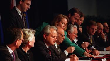 Eks Presiden Yugoslavia, Slobodan Milosevic menandatangani Perjanjian Dayton