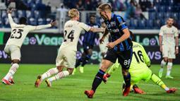 Pemain Atalanta Mario Pasalic mencetak gol ke gawang AC Milan pada pertandingan Liga Italia Serie A di Stadion Gewiss, Bergamo, Italia, 3 Oktober 2021. AC Milan menang 3-2 atas Atalanta. (MIGUEL MEDINA/AFP)