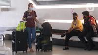 Seorang Warga Negara Asing (WNA) dengan barang bawaan tiba di Bandara Soekarno Hatta, Tangerang, Selasa (29/12/2020). Pemerintah Indonesia melarang masuk WNA dari semua negara mulai 1 hingga 14 Januari 2021 menyusul varian baru COVID-19 yang ditemukan di Inggris. (Liputan6.com/Angga Yuniar)