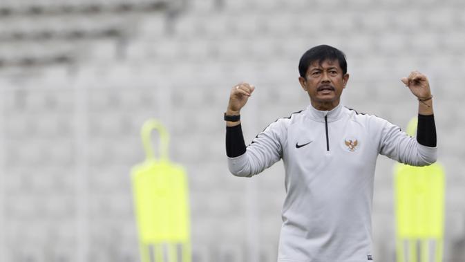 Pelatih Timnas Indonesia U-22, Indra Sjafri, memberikan instruksi saat latihan di Stadion Madya Senayan, Jakarta, Selasa (29/1). Latihan ini merupakan persiapan jelang Piala AFF U-22. (Bola.com/Yoppy Renato)