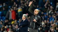 Pelatih Manchester City Pep Guardiola (kanan) dan manajer Everton Carlo Ancelotti saat pertandingan lanjutan Liga Inggris di Etihad Stadium, Manchester, Inggris, Rabu (1/1/2020). Dua gol Gabriel Jesus membawa Manchester City menang 2-1. (AP Photo/Rui Vieira)