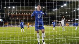Bek Chelsea, Thiago Silva, tampak lesu usai gawangnya kebobolan oleh pemain Wolverhampton Wanderers pada laga Liga Inggris di Stadion Molineux, Rabu (16/12/2020). Chelsea tumbang dengan skor 2-1. (Tim Keeton/Pool via AFP)