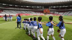 Putra putri dari anggota The Jakmania berjalan saat menjadi Player Escort Kids pada laga Piala AFC 2019 antara Persija Jakarta melawan Ceres Negros di SUGBK, Jakarta, Selasa (23/4). Kesempatan ini diberikan oleh Allianz. (Bola.com/Peksi Cahyo)