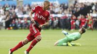 Gelandang Watford, Richarlison, melakukan selebrasi usai mencetak gol ke gawang Swansea City pada laga Premier League, di Stadion Liberty, Sabtu (23/9/2017). Watford menang 2-1 atas Swansea City. (AP/David Davies)