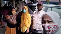 Pemkot Bengkulu membantu Ambulans Gratis kepada salah seorang warga Kabupaten Kaur yang sangat membutuhkan. (Liputan6.com/Yuliardi Hardjo)