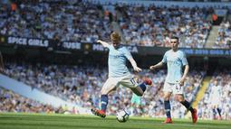 Gelandang Manchester City, Kevin De Bruyne, melepaskan tendangan saat melawan Tottenham Hotspur pada laga Premier League di Stadion Etihad, Sabtu (20/4). Manchester City menang 1-0 atas Tottenham Hotspur. (AP/Rui Vieira)