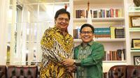 Ketum Partai Golkar Airlangga Hartarto (kiri) bersalaman dengan Ketum PKB Muhaimin Iskandar atau Cak Imin saat silaturahmi ke DPP PKB di Jakarta, Rabu (4/7). Pertemuan membahas koalisi partai pendukung Jokowi di Pilpres 2019. (Liputan6.com/HermanZakharia)