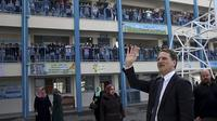 Komisaris UNRWA Pierre Krahenbuhl, menyapa siswa-siswi di sekolah yang dikelola UNRWA untuk anak-anak pengungsi Palestina di Jalur Gaza (File / AP PHOTO)