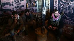 Tentara Pembebasan Suriah (FSA) yang didukung Turki duduk di sebuah tenda di Tal Malid, sebelah utara Aleppo, saat bersiap untuk menargetkan posisi Unit Pertahanan Rakyat Kurdi (YPG) di wilayah Afrin, Suriah, Sabtu (20/1). (AFP FOTO/Nazeer al-Khatib)