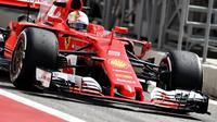 Pebalap Ferrari, Sebastian Vettel, menjadi yang tercepat sesi latihan bebas pertama (FP1) GP Bahrain di Sirkuit Sakhir, Jumat (14/4/2017). (AFP/Andrej Isakovic)