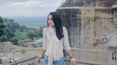 Ersya Aurelia merupakan selebriti muda yang kini memiliki banyak penggemar. Selain dipuji memiliki akting yang apik, Ersya juga memiliki paras yang cantik. (Liputan6.com/IG/@ersyaurel)