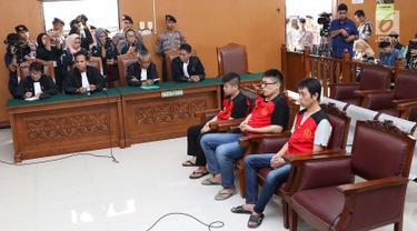 Terdakwa kasus penyelundupan sabu WNA asal Taiwan menjalani sidang putusan di PN Jakarta Selatan, Kamis (26/4). Majelis Hakim Pengadilan Negeri Jakarta Selatan menjatuhi hukum mati kepada delapan terdakwa. (Liputan6.com/Immanuel Antonius)