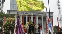 Di depan Gedung Mahkamah Konstitusi (MK) mereka berorasi untuk menolak capres yang melakukan kecurangan (Liputan6.com/Miftahul Hayat)