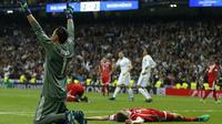 Kiper Real Madrid, Keylor Navas merayakan keberhasilan timnya lolos ke final Liga Champions pada leg kedua semifinal Liga Champions di Santiago Bernabeu stadium, Madrid, (1/5/2018). Madrid bermain imbang 2-2. (AP/Paul White)