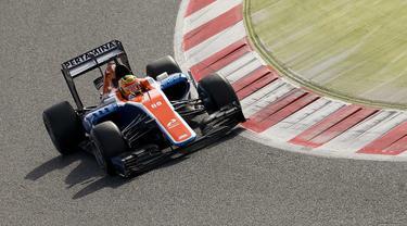 Pebalap Manor Racing, Rio Haryanto dari Indonesia memacu mobilnya dengan catatan waktu 1m28.249s pada sesi test pramusim F1 hari ke-3 di Sirkuit Catalunya, Barcelona, Rabu (24/2/2016) WIB.  (REUTERS/Sergio Perez)