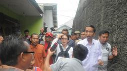 Ditemani Rieke Dyah Pitaloka, pria yang masih menjabat Gubernur DKI Jakarta ini bertandang ke rumah Abdullah yang mengalami kecelakaan kerja (Liputan6.com/Herman Zakharia)