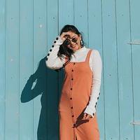 Berlibur ke Australia, wanita yang akrab disapa Mila ini mengenakan overall berwarna peach yang dipadukan dengan sweater putih. Selain itu, kacamata juga menjadi fashion item yang tak ketinggalan dalam beberapa foto OOTD Mila. (Liputan6.com/IG/@jscmila)