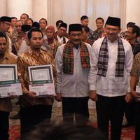 Ahok dan Djarot beri penghargaan kepada  bayi yang lahir bertepatan dengan HUT DKI Jakarta (Liputan6.com/Delvira Chaerani Hutabarat)