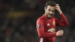 Juan Mata sudah tak menyandang pemain Manchester United sejak akhir bulan lalu. Meski telah menyumbangkan trofi Piala FA, Liga Inggris, dan Liga Eurpoa, Setan Merah belum menyodorkan kontrak terbarunya. Menurut kabar terbaru, kedua belah pihak sedang mengupayakan. (Foto: AFP/Oli Scarff)