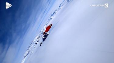 Seorang fotografer jadi wanita pertama yang terbang dengan wingsuit di atas Antartika.