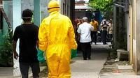 Tim medis menjemput salah satu warga terkonfirmasi Covid-19 untuk dirawat di rumah sakit. (Liputan6.com/M Syukur)