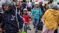 Pemudik motor gratis usai turun dari kapal Perintis KM. Sabuk Nusatara di Pelabuhan Tanjung Priok, Jakarta, Rabu (20/6). Puncak arus balik pemudik di Pelabuhan tersebut diperkirakan akan terjadi H+7 Lebaran. (Liputan6.com/Faizal Fanani)