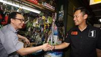 Agus Harimurti Yudhoyono (AHY) menyapa para pedagang di Pasar Petak 9 yang bersiap untuk tahun baru Imlek, Kamis (19/1).