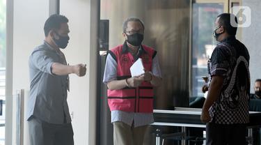 Mantan Dirut PT Danareksa Sekurita, Marciano Herdondrie Herman (rompi ping) masuk akan menjalani pemeriksaan oleh tim penyidik dari Kejaksaan Agung di Gedung KPK, Jakarta, Kamis (25/6/2020). (merdeka.com/Dwi Narwoko)