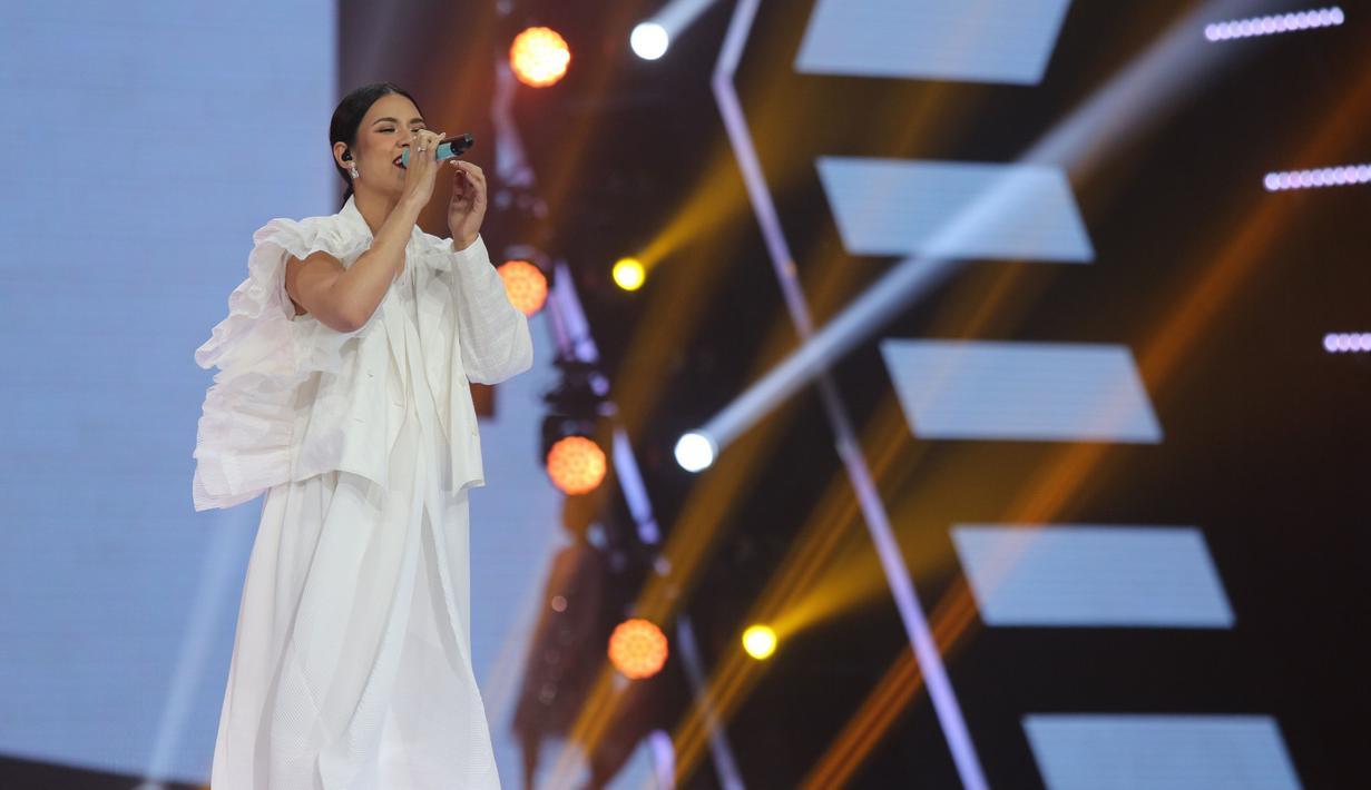 Berbalut dress putih Raisa tampil prima di penampilan perdananya pasca melahirkan sang anak. Raisa mengaku cukup grogi bercampur rasa senang bisa kembali bernyanyi.(Kapanlagi.com/Agus Apriyanto)