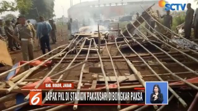 Petugas menemukan ratusan botol minuman keras di beberapa lapak PKL yang biasa mangkal di Stadion Pakansari.