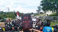 Unjuk Rasa menolak Omnibus Law Undang-undang Cipta Kerja di Sulawesi Barat (Foto: Liputan6.com/Abdul Rajab Umar)