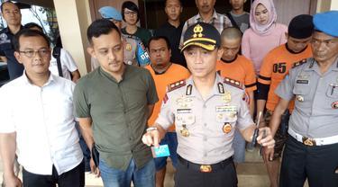 Kapolres Budi Wiguna Satria memperlihatkan ratusan barang bukti ATM, dari tangan penjahat spesialis pembobol ATM