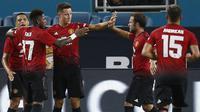 Para pemain Manchester United merayakan gol yang dicetak oleh Ander Herrera ke gawang Real Madrid pada laga ICC 2018 di Miami Gardens, Rabu (1/8/2018). Manchester United menang 2-1 atas Real Madrid. (AP/Brynn Anderson)