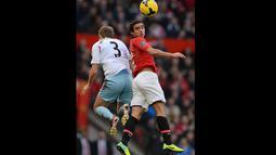 Duel di udara antara Pemain est Ham United George McCartney dan Manchester United asal Brasil Rafael pada pertandingan sepak bola Liga Utama Inggris antara Manchester United dan West Ham United di Old Trafford, Sabtu 21 Desember 2013.(AFP/Andrew Yates).