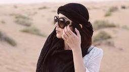 Berlibur ke Dubai, ibu satu anak ini tak lupa menggunakan kacamata. Finalis MTV VJ Hunt 2007 ini memilih kacamata unik berlensa gelap dengan ukiran yang cantik. (Liputan6.com/IG/@frandaaa87)