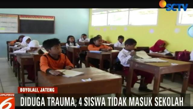 Ke-empat siswa diduga masih trauma setelah semalam ikut mengungsi di tempat penampungan sementara Desa Tlogolele.