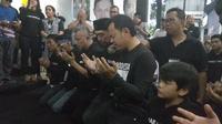 Calon Wali Kota Bima Arya berdoa usai Pilkada 2018. (Liputan6.com/Achmad Sudarno)