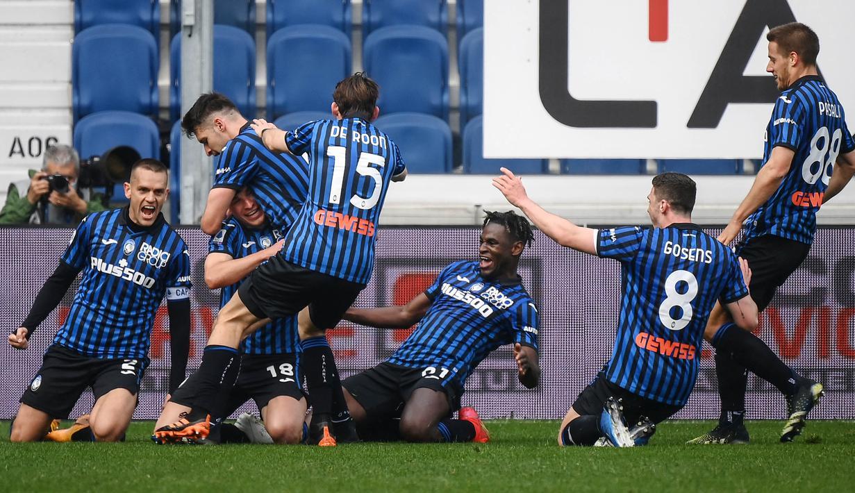 Para pemain Atalanta merayakan gol yang dicetak oleh Ruslan Malinovskyi ke gawang Juventus pada laga Liga Italia di Stadion Atleti Azzurri d'Italia, Minggu (18/4/2021). Atalanta menang dengan skor 1-0. (AFP/Marco Bertorello)