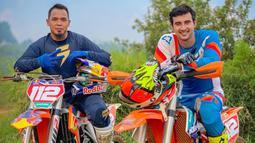 Biasanya pria berusia 32 tahun ini bisa menghabiskan 1-2 kali untuk bersama motor trailnya dalam seminggu. Bahkan Ali Syakieb telah mengunjungi beberapa tempat demi hobinya ini, seperti Padalarang dan Gunung Bromo.(Liputan6.com/IG/@alisyakieb)