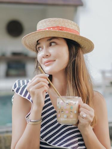 FOTO: Gaya Luna Maya Saat Pakai Topi Pantai, Tampil Menawan dan Stylish