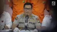 Kabid Humas Polda Metro Jaya Kombes Argo Yuwono memberikan keterangan kepada wartawan saat rilis pengungkapan tindak pidana perampasan truk tangki Pertamina di Polda Metro Jaya, Jakarta, Selasa (19/3). (Liputan6.com/Faizal Fanani)