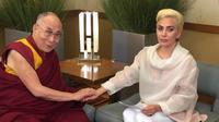 Penampilan Lady Gaga yang tampak sopan saat bertemu Dalai Lama (Instagram)