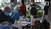 Petugas medis melakukan tes Swab PCR massal  di Kantor Kecamatan Pancoran Mas, Depok, Selasa (5/1/2021). Puskesmas Pancoran Mas melakukan tes Swab PCR kepada warga yang pernah memiliki riwayat kontak erat dengan pasien terkonfirmasi positif Covid-19. (merdeka.com/Arie Basuki)