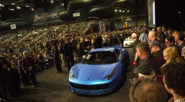 Mobil Ferrari 458 Italia custom-built 2011 milik penyanyi Justin Bieber saat di lelang di Barrett-Jackson di Westworld, Arizona, AS (21/1). Mobil Ferari 458 miliknya dilelang dengan harga senilai Rp 5,8 miliar. (Patrick Breen/The Arizona Republic via AP)