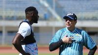 Striker Persib Bandung, Geoffrey Castillion, berdiskusi dengan sang pelatih, Robert Alberts. (Bola.com/Erwin Snaz)