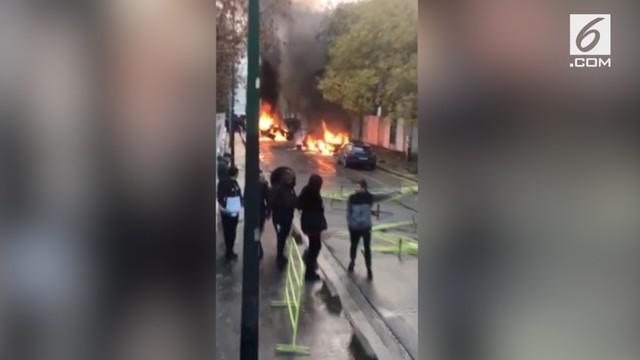Aksi demonstrasi menolak kenaikan pajak BBM di Prancis terus terjadi. Pelajar bahkan sempat membakar pagar sekolah saat berdemo.