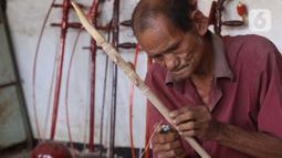 Ghohyong seorang pria tua membuat alat musik Tehyan khas Tionghoa di Neglasari, Kota Tangerang (5/2/2021). Ghohyong biasa menjual alat musik Tehyan sekitar 200 ribu hingga 700 ribu. (Liputan6.com/Angga Yuniar)